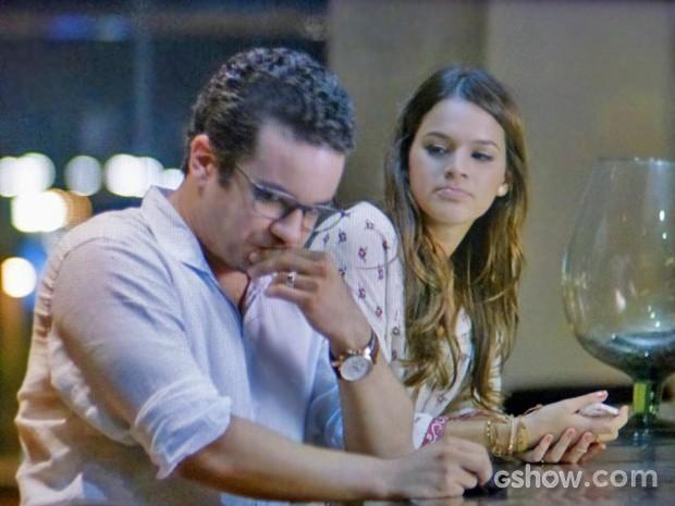 Luiza chega e Felipe disfarça (Foto: Em Família/ TV Globo)