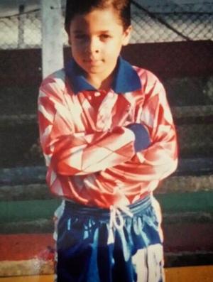 Carambula criança quando jogava futebol, bem antes do vôlei de praia (Foto: Reprodução/Instagram)