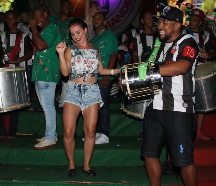 Intérprete de Jéssica em 'Malhação' samba muito na quadra da escola (Foto: Divulgação)