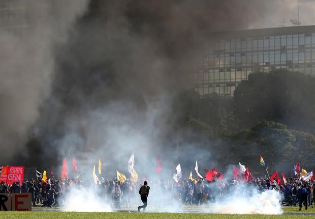 Manifestantes protestam contra Michel Temer e reformas em frente ao prédio do Ministério da Agricultura, em Brasília  (Foto: Paulo Whitaker/Reuters)