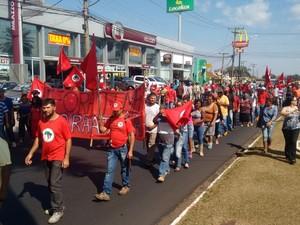 Eles caminham em direção ao centro, via foi parcialmente interditada  (Foto: Alexandre Azank/ TV TEM)