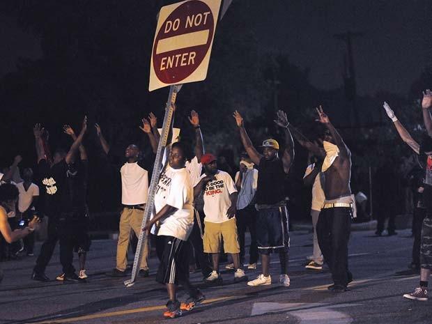 Manifestantes protestam em Ferguson na noite desta segunda-feira (19) contra a morte do jovem Michael Brown pela polícia (Foto: AFP PHOTO / Michael B. Thomas)