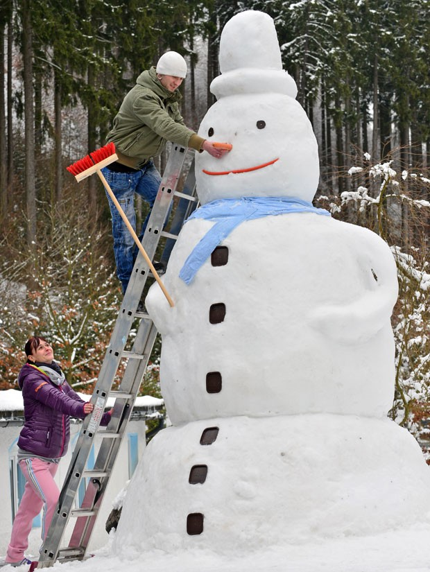 Grupo construiu boneco de neve gigante em Katzhütte (Foto: Martin Schutt/DPA/AFP)