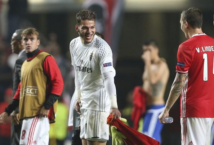 Ederson comemora vitória do Benfica (Foto: AP Photo/Steven Governo)