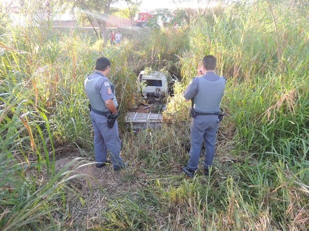 Caminhão caiu no rio após motorista perder controle da direção (Foto: Reprodução / Olimpia 24 horas)