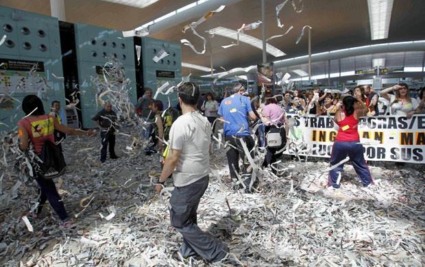 Funcionários da limpeza do aeroporto de Barcelona protestam por melhores salários. (Foto: Albert Gea/Reuters)