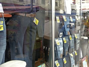 Vitrine em loja de Suzano (Foto: Reprodução/TV Diário)