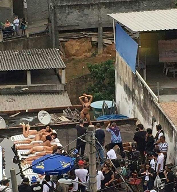 Fãs assistem gravações de clipe de Anitta (Foto: Reprodução/nstagram)