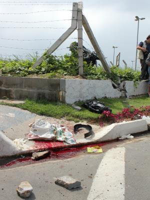 Moto quebrou foi jogada para fora da pista e motociclista caiu na calçada. (Foto: Mônica Dias/G1)