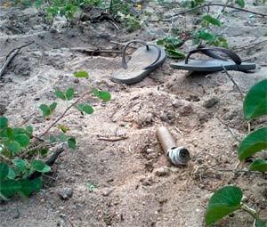 Cachimbo e sandálias também estavam no local do crime (Foto: Henrique Dovalle, da Inter TV Cabugi)