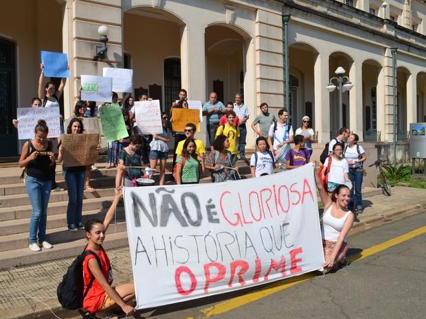 Alunos se reúnem en frente ao prédio central da USP em Piracicaba para pedir ações da direção (Foto: Claudia Assencio/ G1)