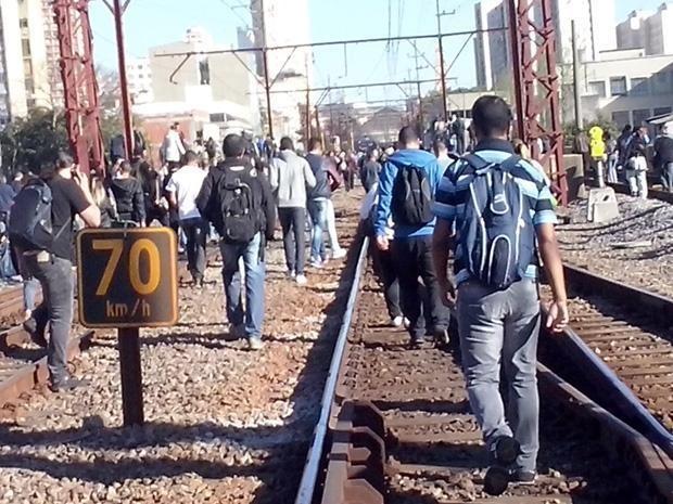 A passageira Natalia Regina Cerconvis conta que demorou cerca de 25 minutos para chegar da estação Brás até a Luz andando pelos trilhos. ' (Foto: Natalia Regina Cerconvis/VC no G1)
