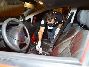 Carro da vítima foi periciado pela polícia (Foto: Bernardo Coutinho/ Jornal A Gazeta)