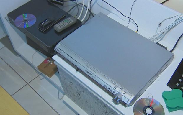 Eletrodomésticos ligados na mesma tomada. (Foto: Reprodução/TV Amapá)
