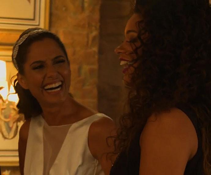 Camila Pitanga se diverte nos bastidores ao lado de Juliana Alves (Foto: Gshow)