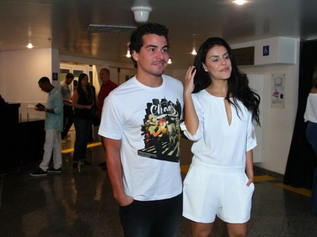Thiago Martins e Paloma Bernardi em show na Zona Oeste do Rio (Foto: Anderson Borde/ Ag. News)