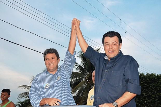O PREFEITO E SEUS AMIGOS Romeiro de Mendonça (à esq.) com o senador Eduardo Braga. Ele é um político com pouco destaque, mas com padrinhos relevantes (Foto: reprodução)