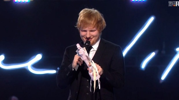 Ed Sheeran recebe o prmio de Melhor Cantor Britnico (Foto: Reproduo)