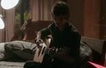 Fabinho reflete ao violão ao som de 'Para tudo acontecer'