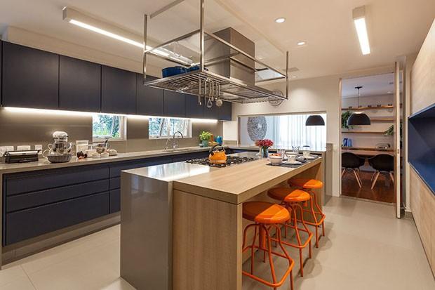 Cozinha espaçosa é protagonista em apartamento da chef Paula Weber (Foto: Divulgação)