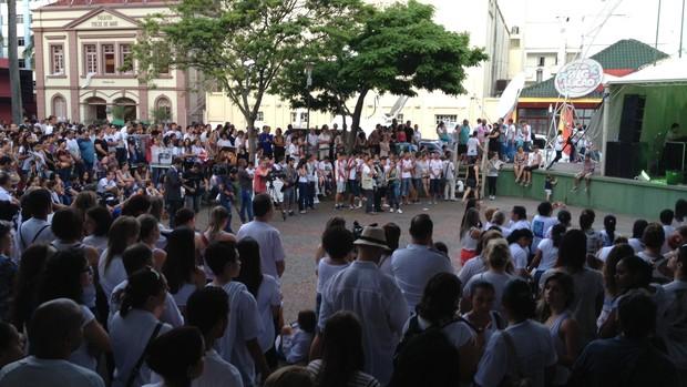 Leitura de nomes e ato religioso emocionam famílias (Luiza Carneiro/G1)