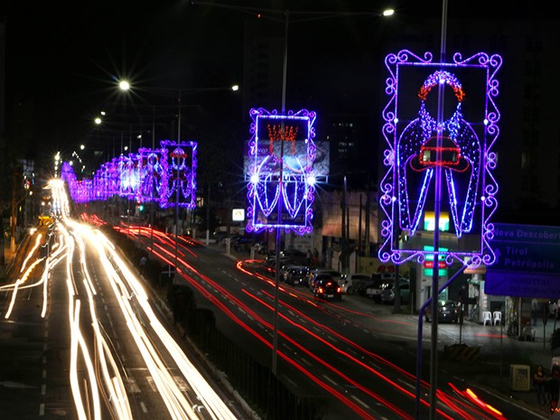 Avenida Salgado Filho ornamentada: uma das primeiras a receber a decoração natalina (Foto: Alex Régis)