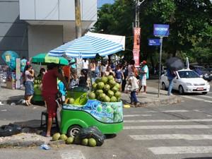 Governo que deixar as ruas apenas para os pedestres, retirando os ambulantes (Foto: Daniel Peixoto/G1)