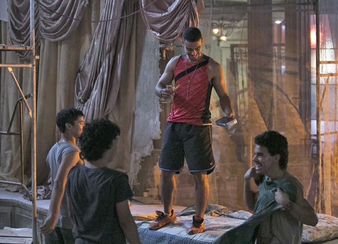 Jacaré invade cinema abandonado de Jonatas na companhia de Braço e outros marginais (Foto: Raphael Dias/Gshow)