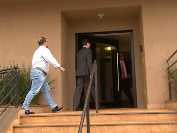 Ex-gerentes do Banco do Brasil foram chamados à sede da PF em Ribeirão Preto (Foto: Reprodução/EPTV)
