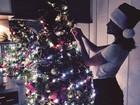 De saia curtinha, ex-BBB Maria Melilo monta árvore de Natal