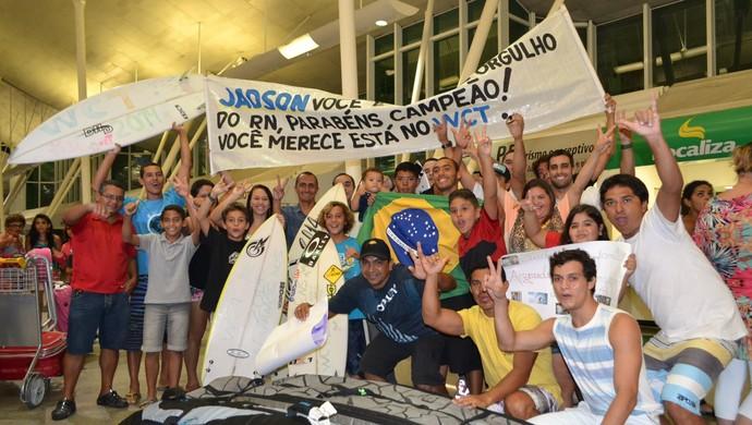 Amigos e familiares festejam a volta do surfista Jadson André à Natal (Foto: Jocaff Souza)