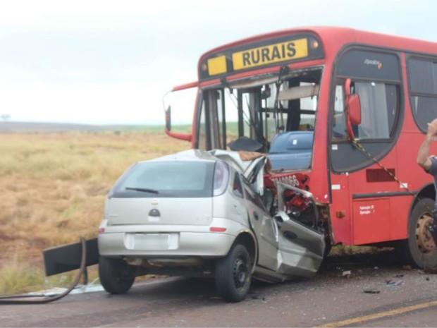 Motorista do veículo morreu na hora após bater em ônibus (Foto: Vector News/Arquivo Pessoal)