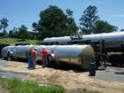 Caminhão carregado com óleo tomba e interdita Fernão Dias em Atibaia, SP