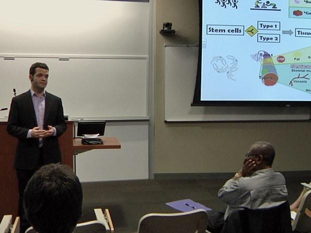 Alexander Birbrair durante apresentação do 3MT, na Wake Forest University (Foto: Arquivo pessoal/ Alexander Birbrair)