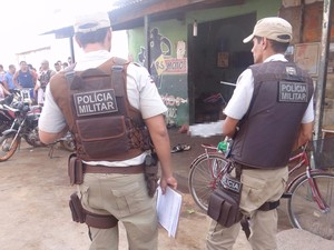 Jovem foi morto em frente à oficina no bairro São Pedro (Foto: Fernandez Fernandes/  Blog do Sigi Vilares)