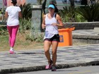 Amanda Lee sua a camisa para manter a forma na orla do Rio