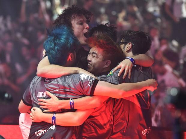 Jogadores da INTZ comemoram vitória na 1ª etapa do Circuito Brasileiro de 'League of Legends' (Foto: Divulgação/Riot Games)