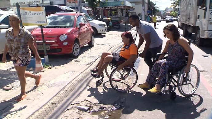 Renata Menezes mostra a dificuldade para se locomover na cadeira de rodas (Foto: TV Bahia)