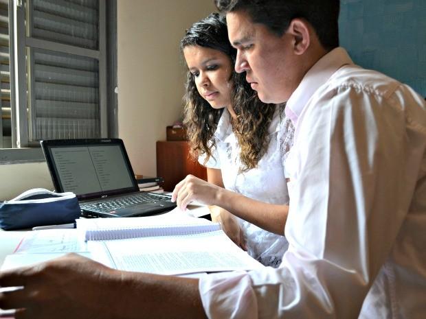 Juliana e Kleber estudam juntos nos fins de semana. La corrige as redações do pai e afirma que ele escreve bem. (Foto: Tatiane Queiroz/ G1MS)