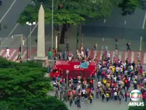 Manifestantes fecham Praça Sete, em Belo Horizonte (Foto: Reprodução/TV Globo)