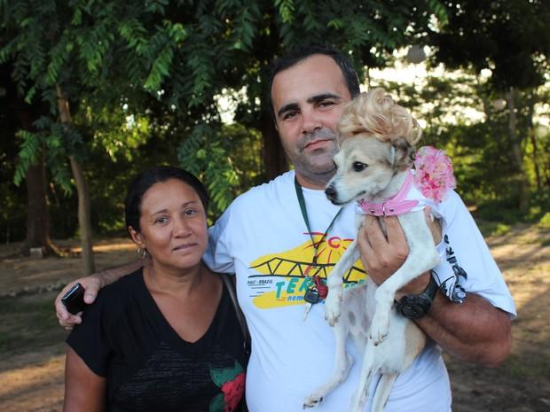 Regis Baztazini e Zeneide Rodrigues acharam o cãozinho Ariel e estão com ele há mais de cinco meses (Foto: Pedro Santiago/G1)