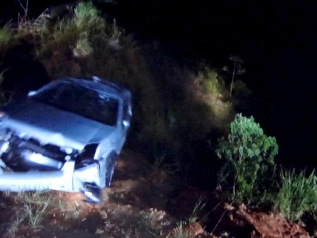 O carro despenca precopício abaixo (Foto: Guerra dos Sexos / TV Globo)