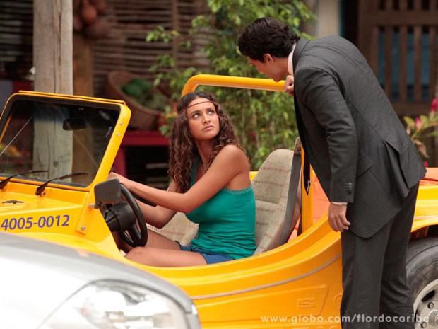 Hélio força a barra para falar com Taís (Foto: Flor do Caribe / TV Globo)