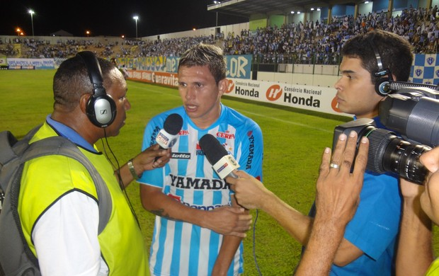 Rafael Oliveira conversa com os jornalistas após o final do jogo contra o Macaé (Foto: Gustavo Pêna/GLOBOESPORTE.COM)