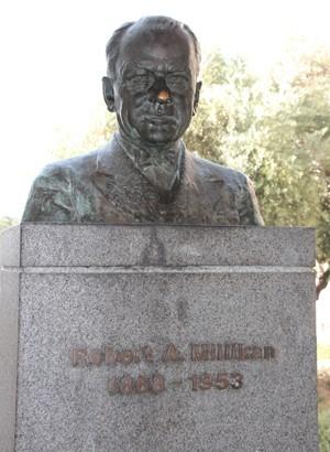 Busto do físico Robert Andrews Millikan, o primeiro dois 33 vencedores do Prêmio Nobel do Caltech (Foto: Tales Caldas/Arquivo Pessoal)