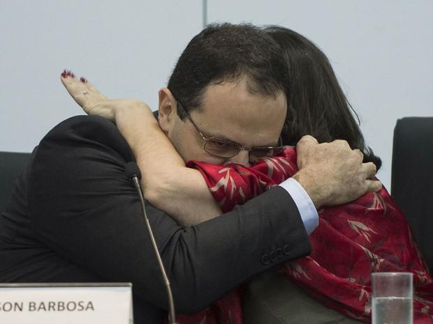 Novo ministro do Planejamento, Nelson Barbosa abraça sua antecessora, Miriam Belchior, ao receber o cargo em Brasília (Foto: Marcelo Camargo/Agência Brasil)
