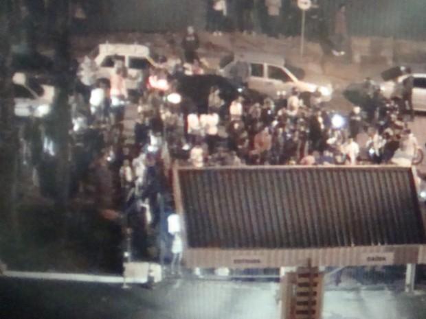 Manifestantes bloquearam entra e saída do shopping de Itapetininga. (Foto: Gláucia Souza / G1)