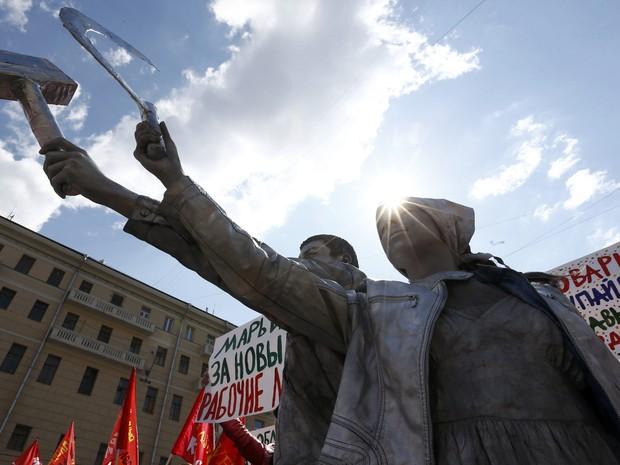 Casal russo se veste como a estátua 'Trabalhador e a Mulher Kolkosiana' em Moscou (Foto: Sergei Karpukhin/Reuters)