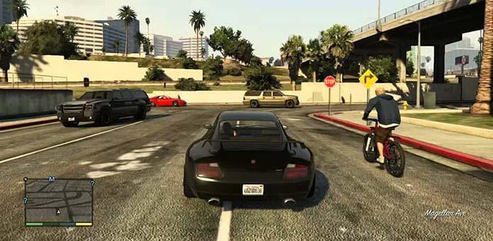 Carrões chamam a atenção dos pedestres (Foto: Reprodução/YouTube)