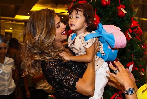 Grazi se encanta com criança (Foto: Manuela Scarpa/Foto Rio News)